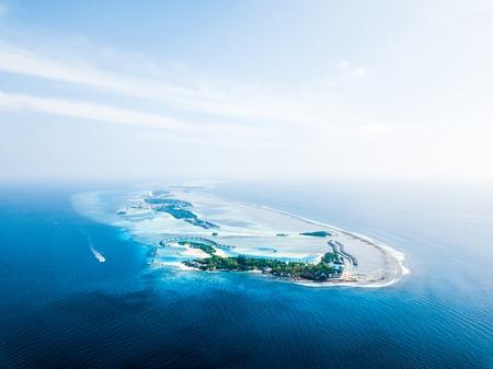 リゾート付きの熱帯の島の航空写真。モルディブ