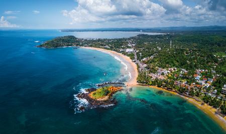 Luchtfoto panorama van het tropische strand in de stad Mirissa, Sri Lanka