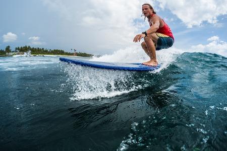 Surfer reitet die Ozeanwelle Standard-Bild - 93347074