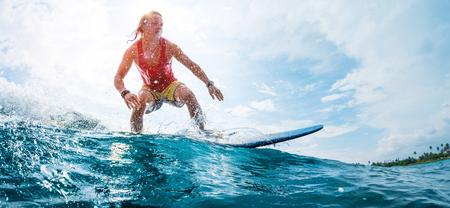 Jeune surfeur monte la vague de l & # 39 ; océan Banque d'images - 93347126