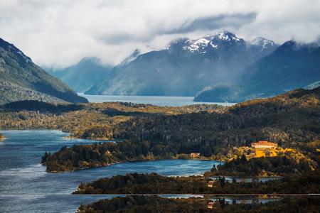 アルゼンチン、バリローチェの町の近くの湖水地方の湖と山々