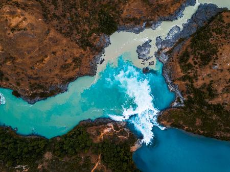 Luftaufnahme des Zusammenflusses des Flusses Baker (blau) und des Flusses Neff in Chile Standard-Bild - 97141852