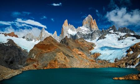 晴れた日にフィッツロイの山は、空にいくつかの雲と。アルゼンチン