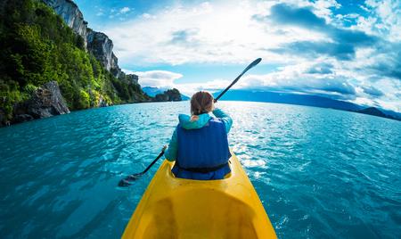 女性はターコイズブルーの水で湖でカヤックをパドル。パタゴニア(チリ)