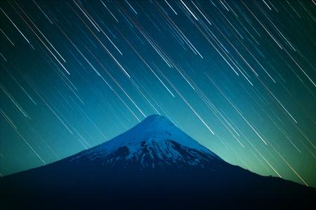 オソルノ火山と星のトレイルと夜空。パタゴニア(チリ)