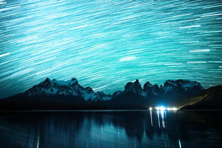 星空と星のトレイルとトレス・デル・パイネ国立公園、チリ