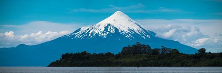 手前に木々が立つオソルノ火山のパノラマ。チリ