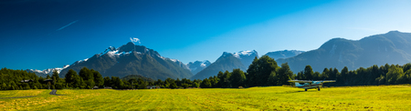 パタゴニア山脈の間の農村地域で緑の草の暴走を持つ空港, チリ 写真素材