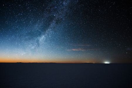 Salar de Uyuni salt flat at starry night before moon rise. Altiplano, Bolivia 스톡 콘텐츠
