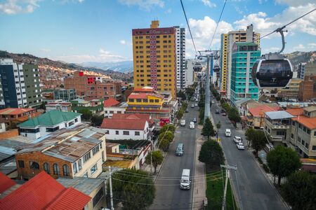LA PAZ, BOLIVIA - 29 MARCH 2018: Mi Teleferico - aerial cable car urban transit system carries passengers in the city of La Paz 新聞圖片