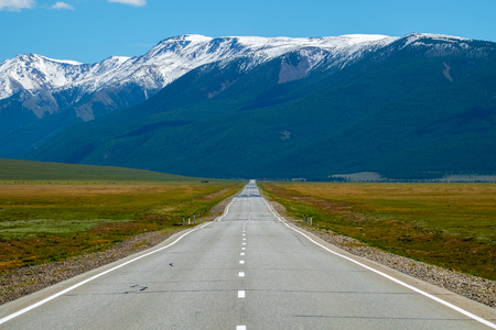 Asphalt road and mountains. Altai Republic, Russia Banco de Imagens