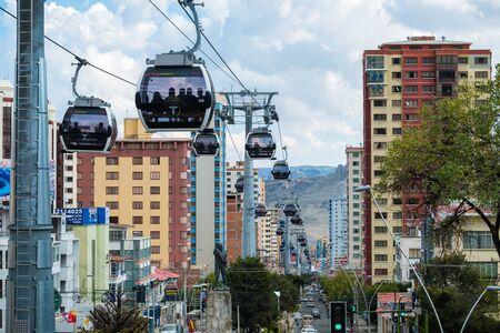 LA PAZ, BOLIVIA - 29 MARCH 2018: Mi Teleferico - aerial cable car urban transit system carries passengers in the city of La Paz 版權商用圖片 - 136345336