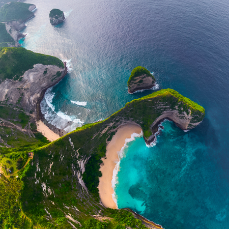 Aerial view of the Kelingking beach located on the island of Nusa Penida, Indonesia Imagens