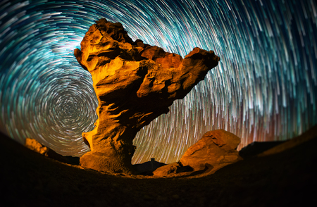Starry sky with the star trails like comets and rock formation named Arbol de Piedra (Stone Tree) in Eduardo Avaroa Andean Fauna National Reserve of Sur Lipez Province, Bolivia. Tilt shift effect applied Banque d'images - 114549964