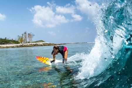 Lady surfs the tropical wave Banque d'images - 120632446