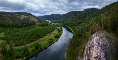 Luftaufnahme des Flusses Belaya und des Uralgebirges, Russland