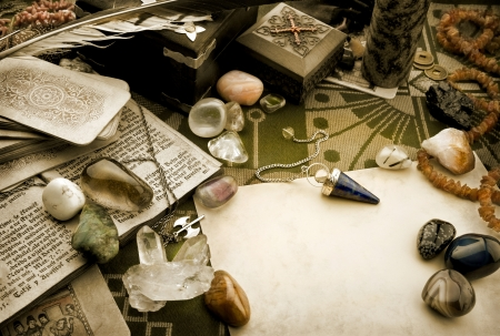 Natura morta con oggetti esoterici