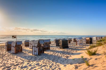 silla de madera: vacaciones en la playa en verano