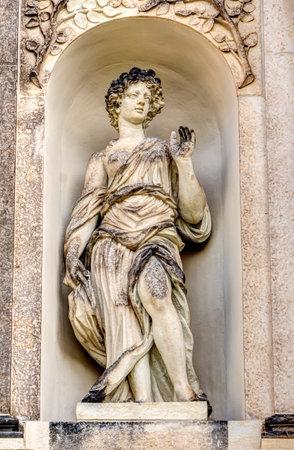 friso: Perspectiva detallada de una escultura en el Gran Palacio del Jardín de Dresde en Alemania