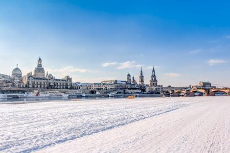 冬のドレスデンの歴史的旧市街とエルベ川の土手 写真素材