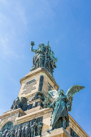 Niederwald 기념물은 모든 독일인의 조합을 나타냅니다 - 독일 헤세에있는 Rudesheim am Rhein 근처의 Niederwald 조경 공원에 있습니다.