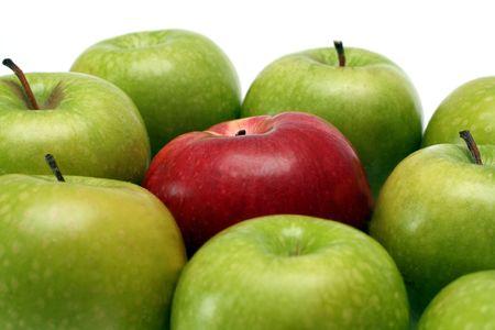 wśród: rozdzielenie pojęć - czerwone jabłko między zielone jabłka