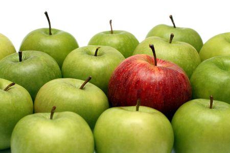 discriminacion: diferentes conceptos - rojo verde manzana entre las manzanas  Foto de archivo