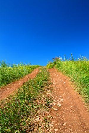 en mont�e: mont�e des routes rurales au titre de ciel bleu