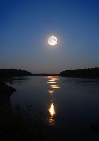 night moon: noche de luna y rayo de luna en el r�o