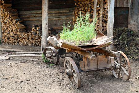 carreta madera: hist�rico de transporte - antiguo vag�n de madera obsoletos Foto de archivo