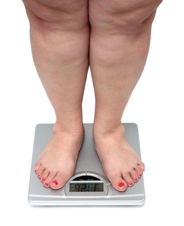 large build: le donne in sovrappeso con gambe in piedi sul bagno scale