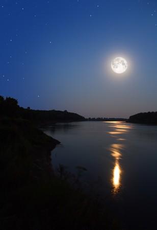 luz de luna: noche de luna y rayo de luna en el r�o