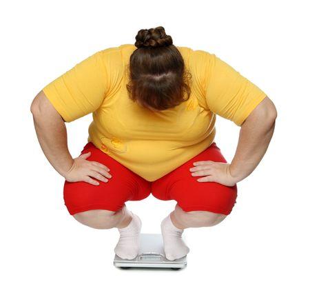 mujeres con sobrepeso que sentado en escalas aislados en blanco