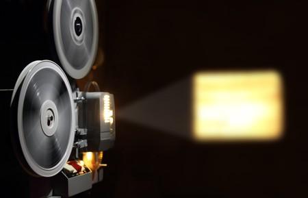 home theater: vecchio proiettore mostrando il film nel crepuscolo  Archivio Fotografico
