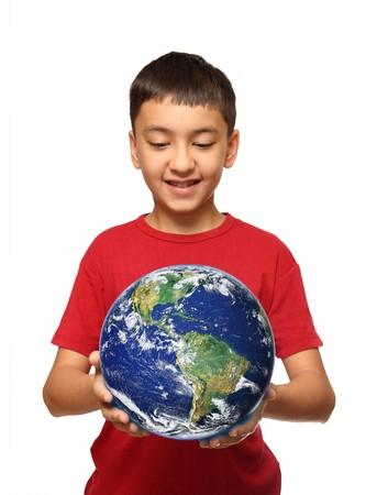 diritti umani: ragazzo asiatico, azienda palnet di terra isolata on white