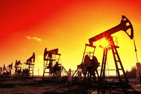 viele Working Öl Pumpen Silhouette in Zeile gegen Sonne