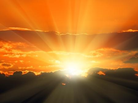 mooi oranje zons ondergang met zonne stralen en donkere wolken