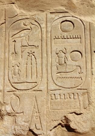 oude Egypte hiërogliefen op wall in karnak tempel