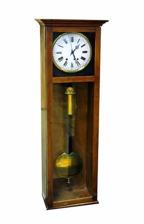 reloj de pendulo: antiguo reloj de p�ndulo madera aislado en blanco Foto de archivo