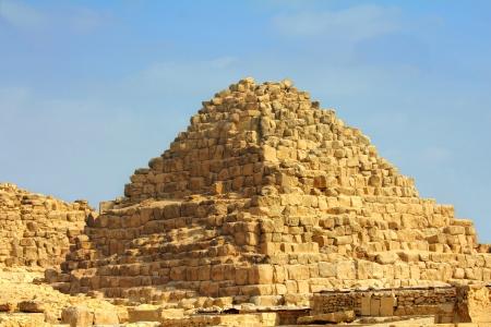 pyramide egypte: petite �gypte ancienne pyramide de Gizeh au Caire Banque d'images