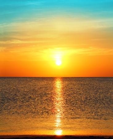 schoonheid landschap met zonsopgang boven zee