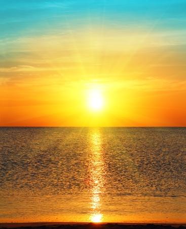 Schönheit Landschaft mit Sonnenaufgang über Meer