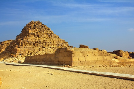 pyramide egypte: petite ?gypte ancienne pyramide de Gizeh au Caire Banque d'images