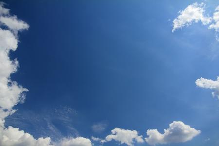 blauer Himmel mit Wolken - Frame Rahmen als Hintergrund Lizenzfreie Bilder