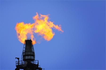 Fackel leuchtet auf Turm-Raffinerie - Luftverschmutzung