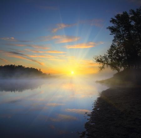 Landschaft mit schönen Nebel Sonnenaufgang am Fluss Lizenzfreie Bilder