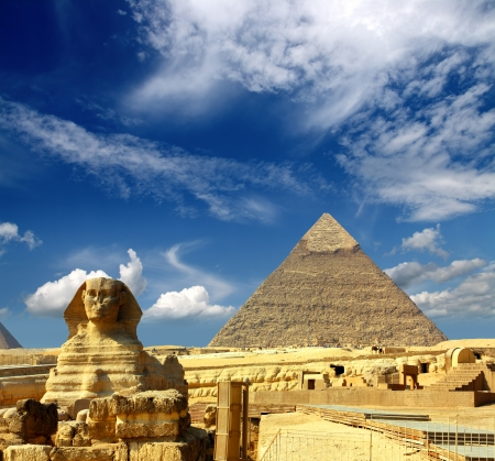 famous ancient egypt Cheops pyramid and sphinx in Giza 스톡 콘텐츠