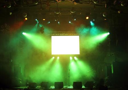 concierto de rock: escenario vacío y la pantalla en los rayos de la luz de conciertos Foto de archivo
