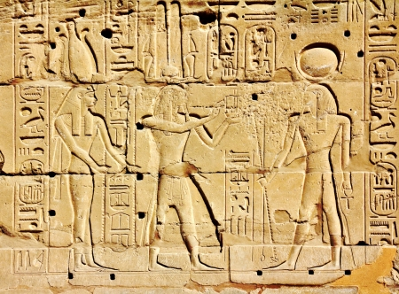 horus: antiguo Egipto imágenes y jeroglíficos en la pared en el templo de Karnak