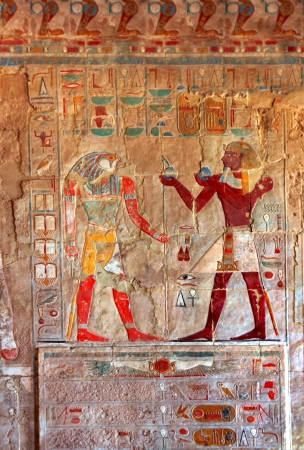 ancient egypt color images on wall in luxor Foto de archivo